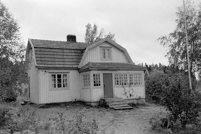 Sippo, Eero. Huvila Valkjärven rannalla. Huljala.