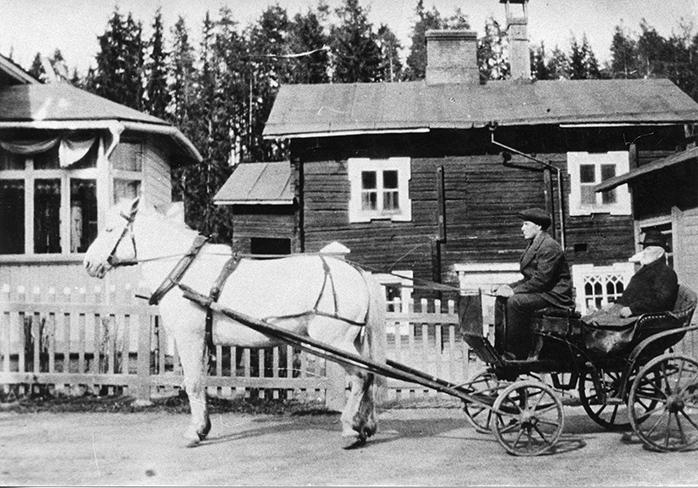 Antti Korhonen saapuu konttorille
