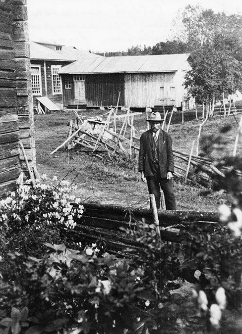 Kalle Petäjä Pellavanpuhdistuslaitoksen luona