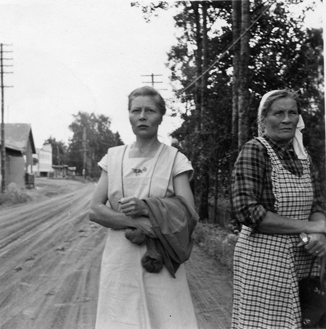 Naisia kylänraitilla