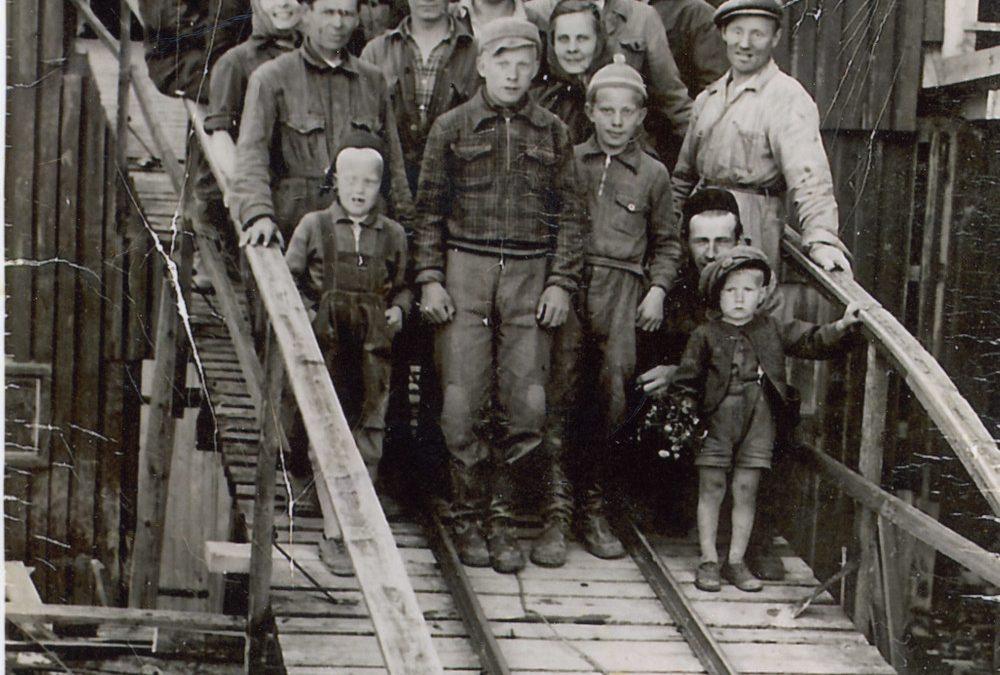 Hankalan tiilitehtaan henkilökuntaa 1950-60-lukujen taitteessa