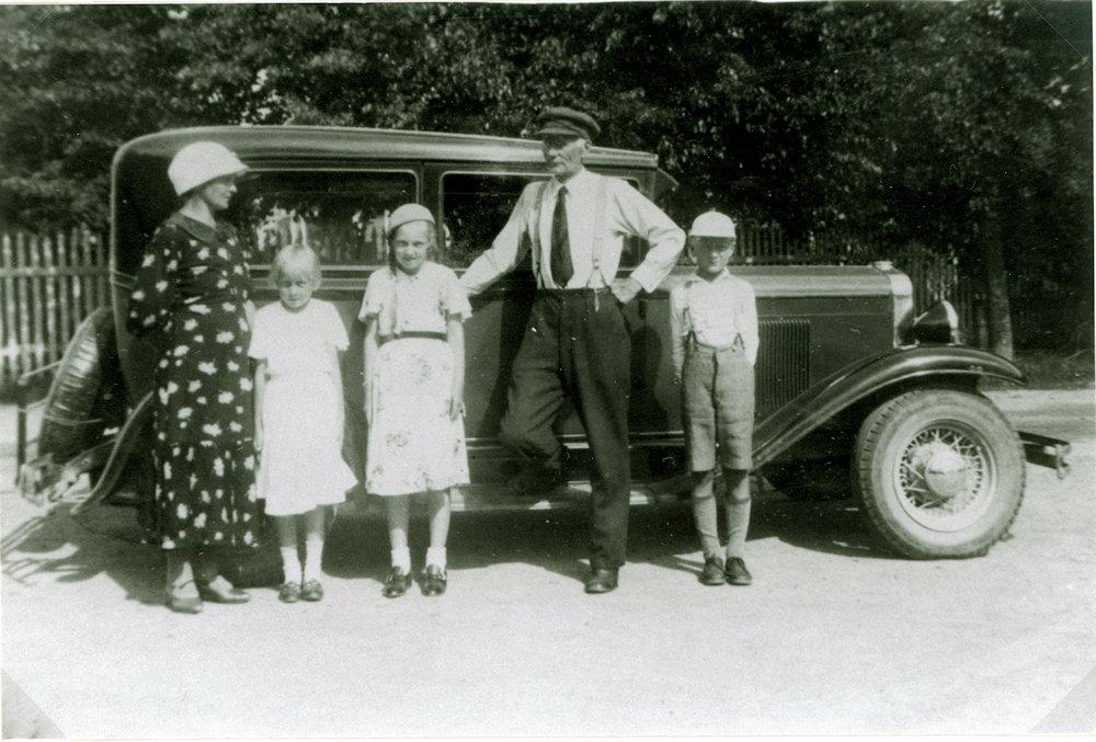 Olga ja Väinö Tuloisela ja lapset Helena, Helka ja Heikki