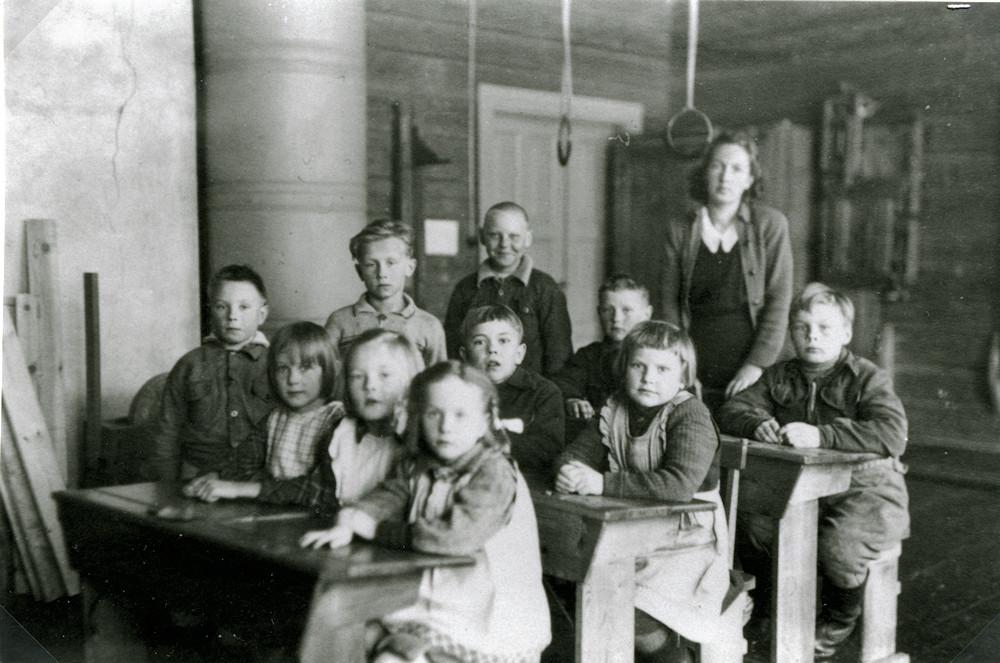 Opettaja Helka Tuloisela ja oppilaat 1.-2. luokka, Pyydysmäen koulu