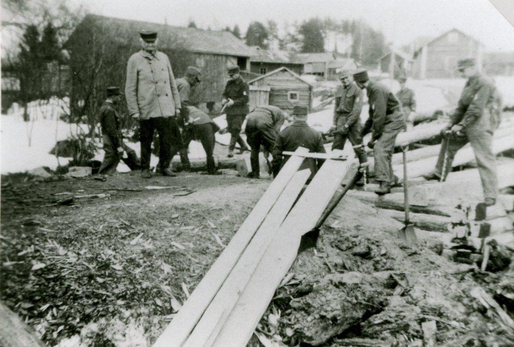 Suojeluskuntalaiset tekevät Putulan siltaa harjoitustyönä v. 1937