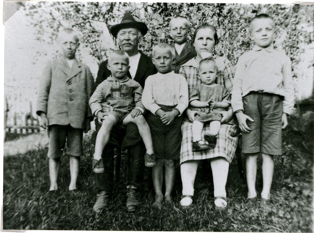 Mandi ja Adolf Rokkilan perhe v. 1929, Hyrkkälä