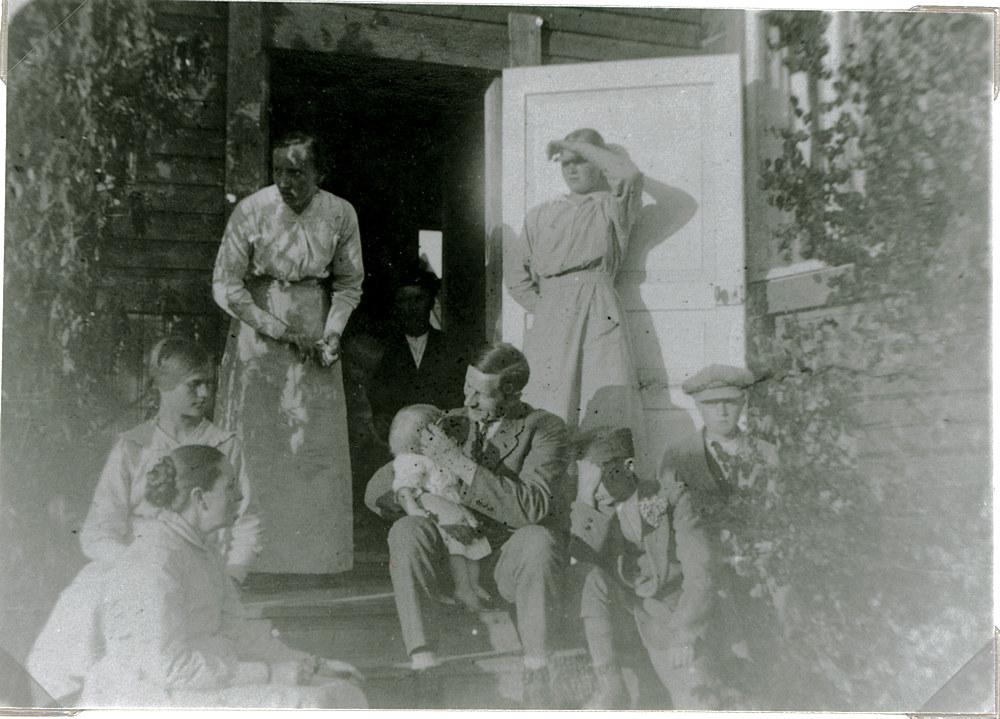 Juhannus Tupaselan keittiön portailla, Hyrkkälä