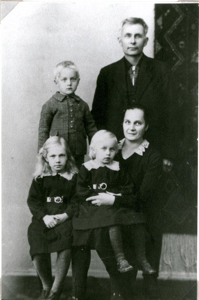 Olga ja Väinö Tuloisela ja lapset Helka, Helena ja Heikki