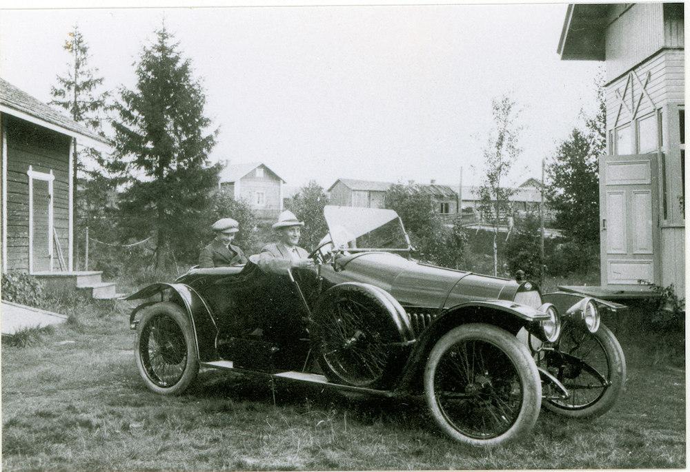 Kunnallisneuvos Aleksanteri Konkosen auto Kivi-Koskisen kaupan pihalla Hyrkkälässä v. 1914