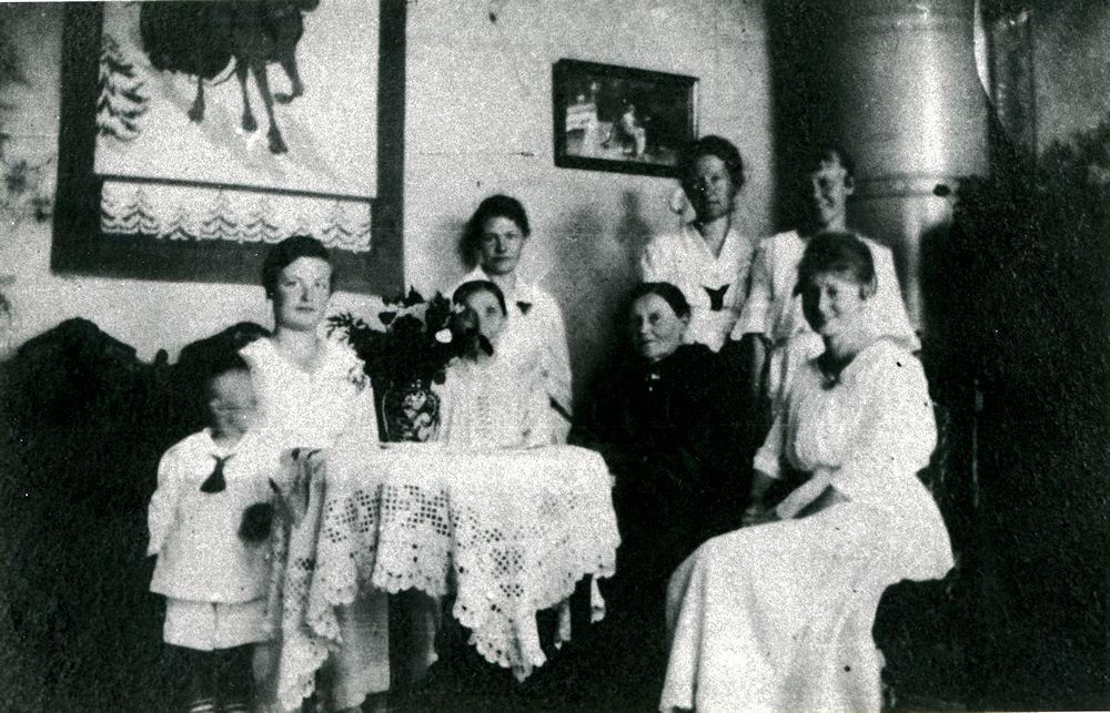 Opettaja Vuorennon kotona Putulan koululla v. 1919