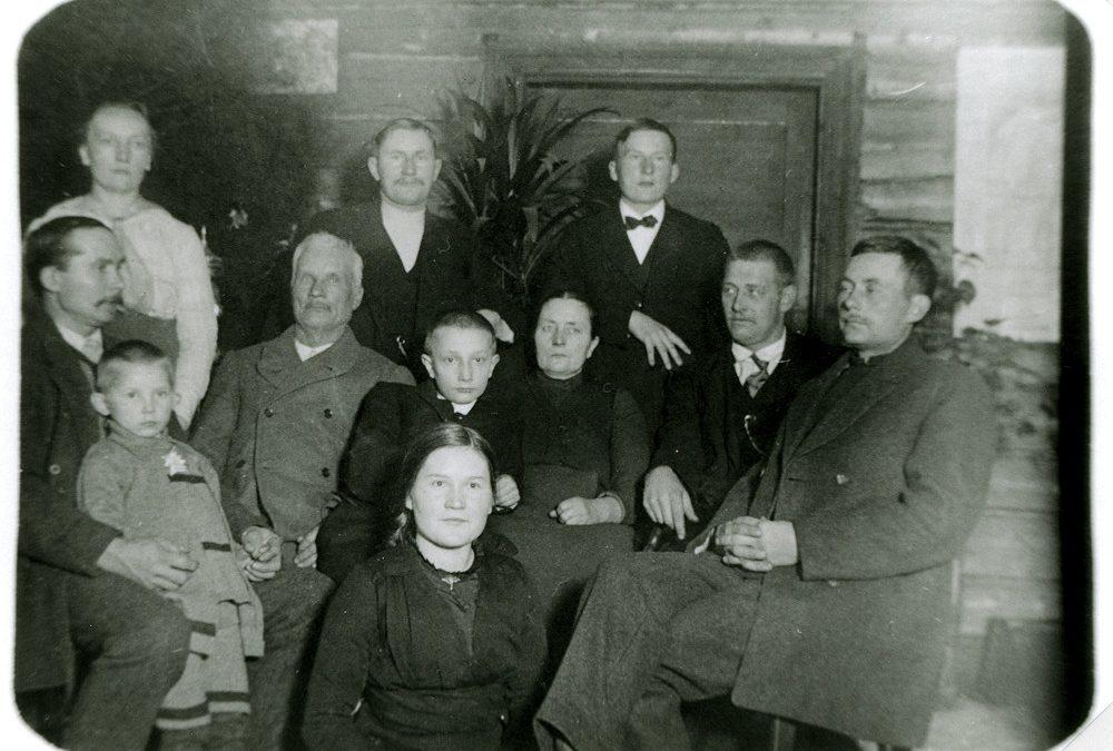 Ida ja Henrik Tuloisela perheensä ympäröiminä Putulassa v. 1917