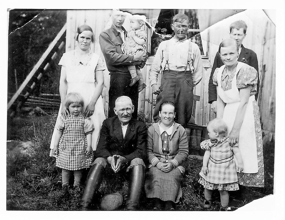 Peltolan perhekuva n. 1936-37,  Jaakkolan mökki