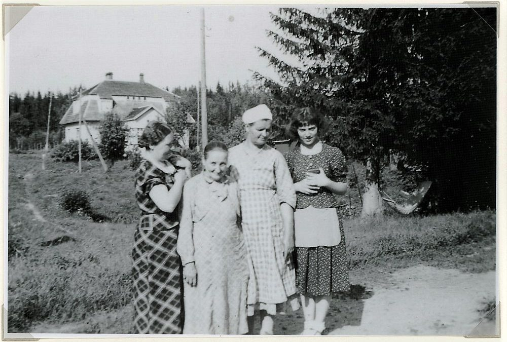 Putulan Kevarin pihalla emäntä Hilja Tulonen vieraineen