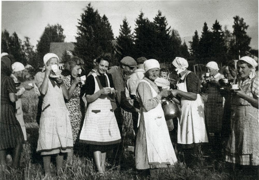 Talkooväkeä kahvitauolla Kevarin pellolla (Ollilan pelto), Putula