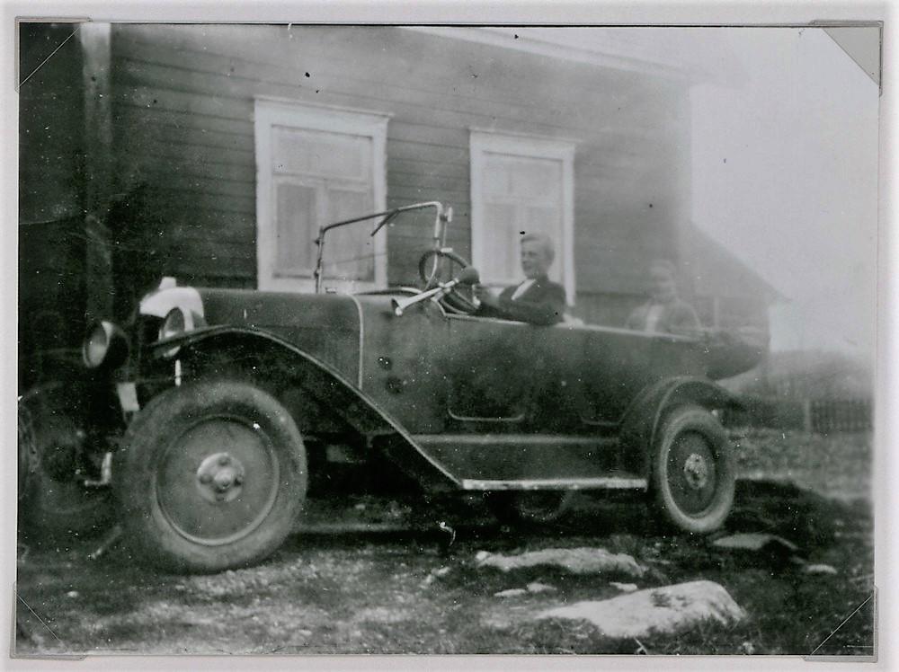 Auto Vikmannin talon edessä