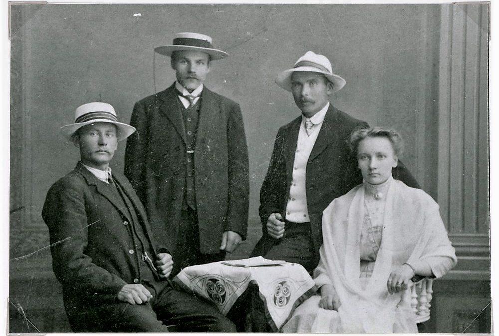 Väinö Tuloisela sekä Kustaa ja Aino Tupasela