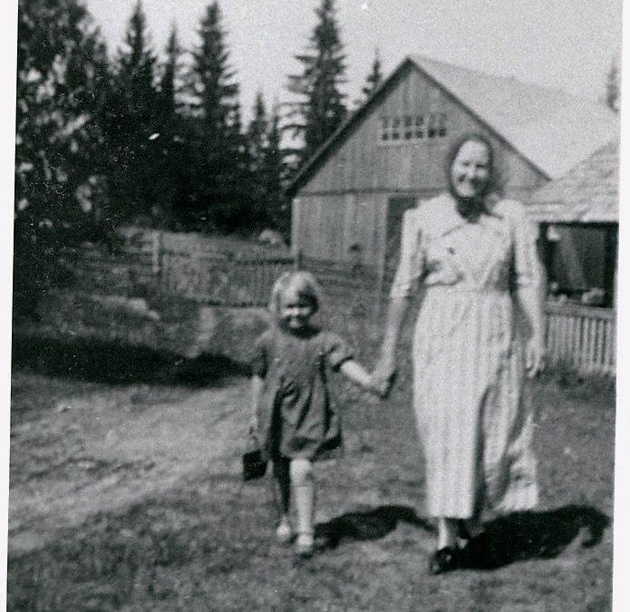 Mäenpään emäntä Helmi Mäenpää ja tytär Helena