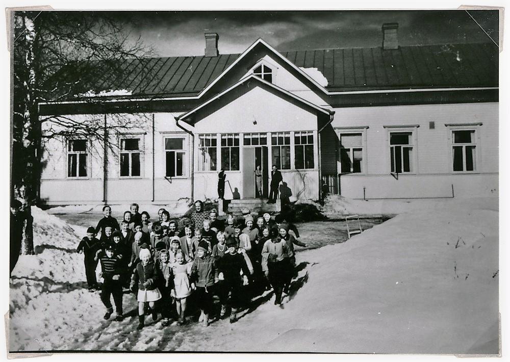 Putulan kansakoulurakennus ja oppilaita