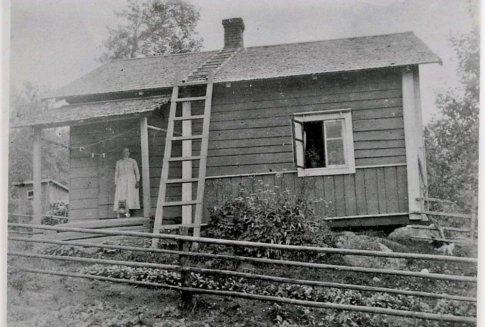 Hilma Heinonen talonsa edessä n. vuonna 1931