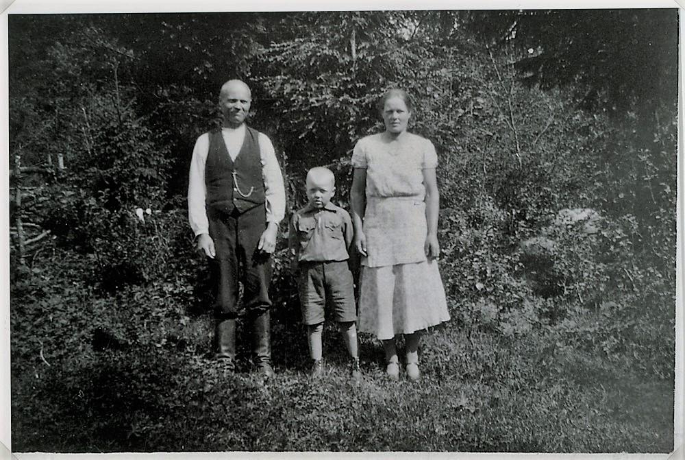 Juho ja Sylvi Hakamo sekä poikansa Tauno Heinonen