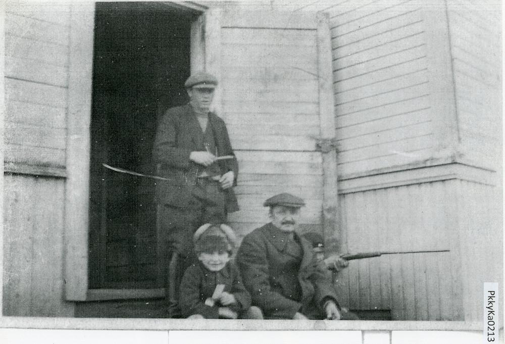 Kevarin keittiönrappusilla, 1920-luku, Putula
