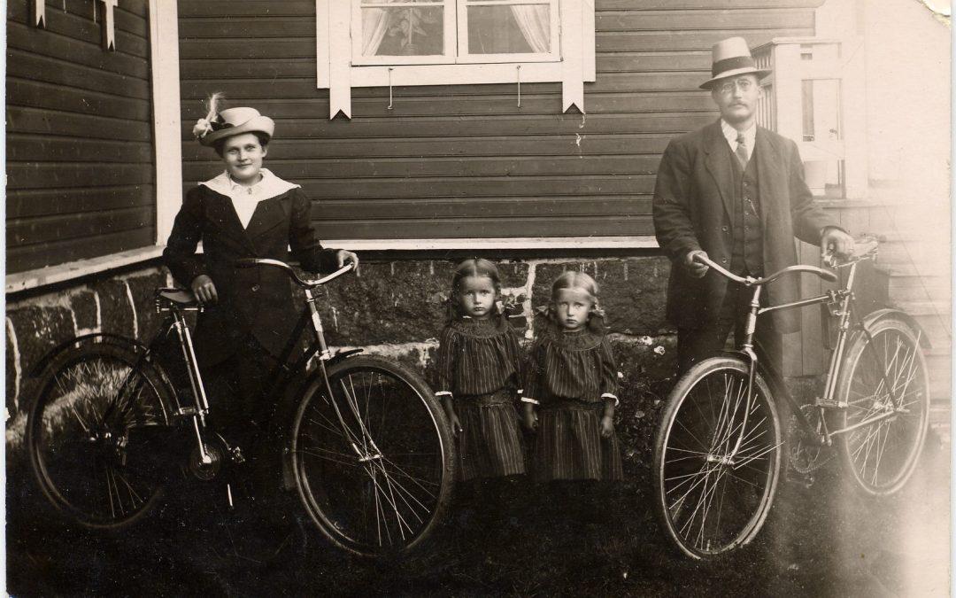 Pihkasalmen koulun opettaja Akseli Vaajasalo perheineen