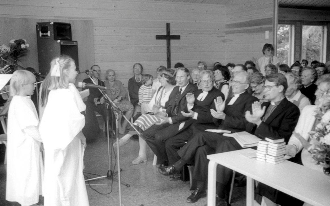 Lapset esiintyvät seurakunnan uudella Leirimajalla