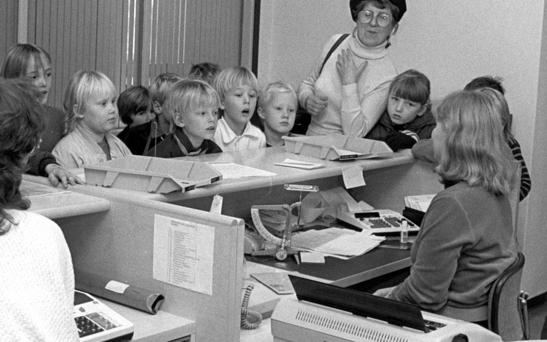 Oppilaita tutustumassa kunnan keskustoimistoon