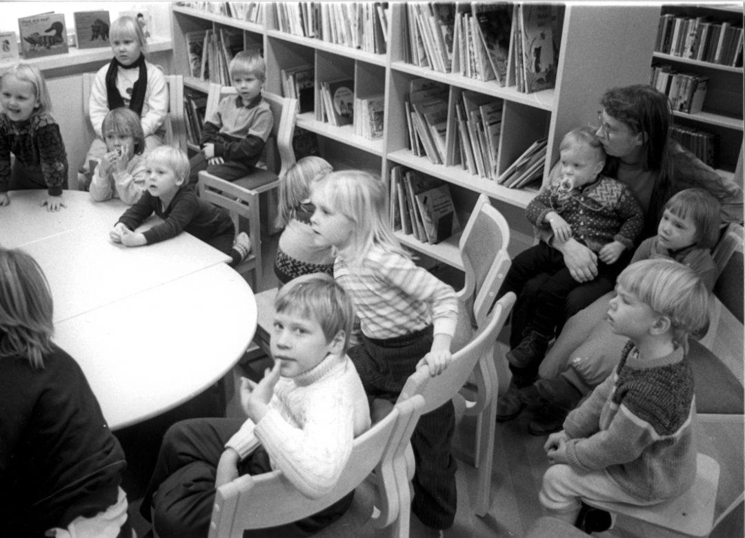 Päivähoitolapsia ja koululaisia kirjastossa