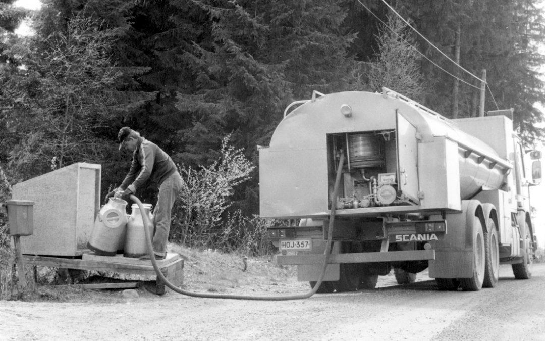 Sulo Lehtonen kerää tonkista maitoa tankkiautoon