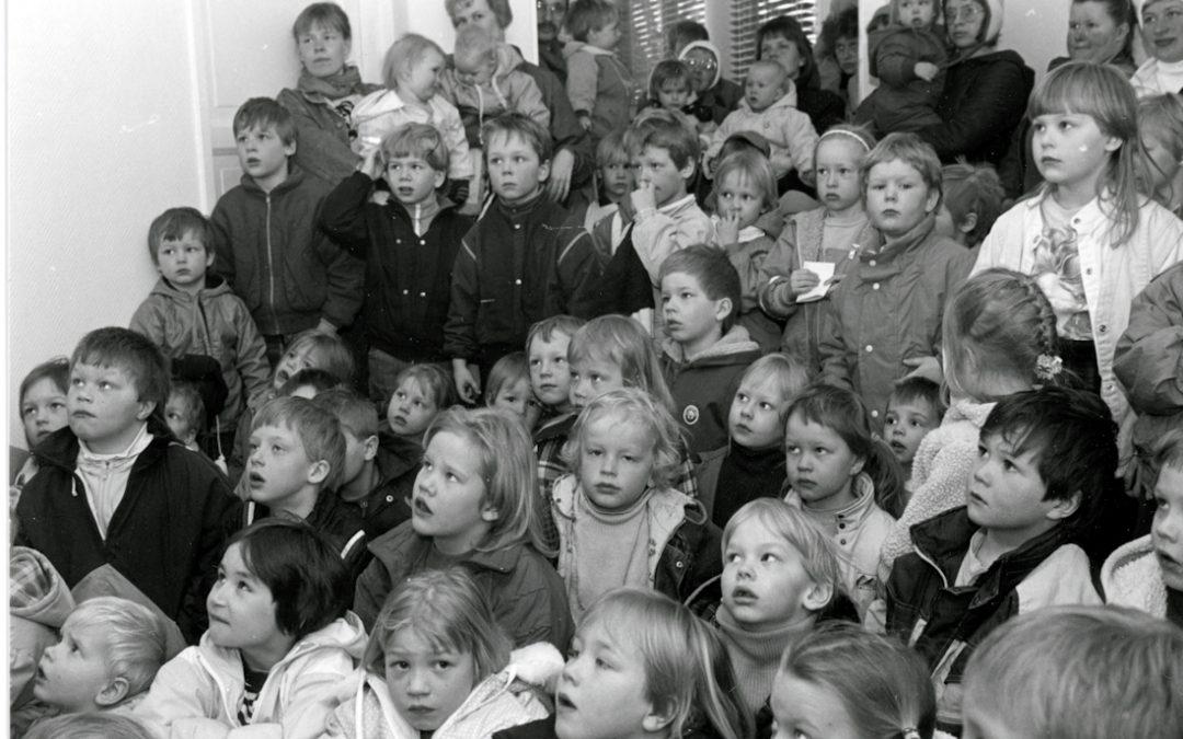 Oppilaita tarkkaavaisina