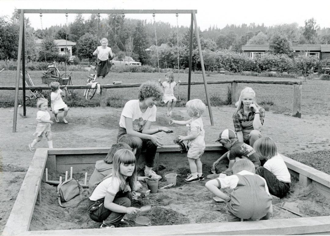 Lapsia leikkipuiston hiekkalaatikolla