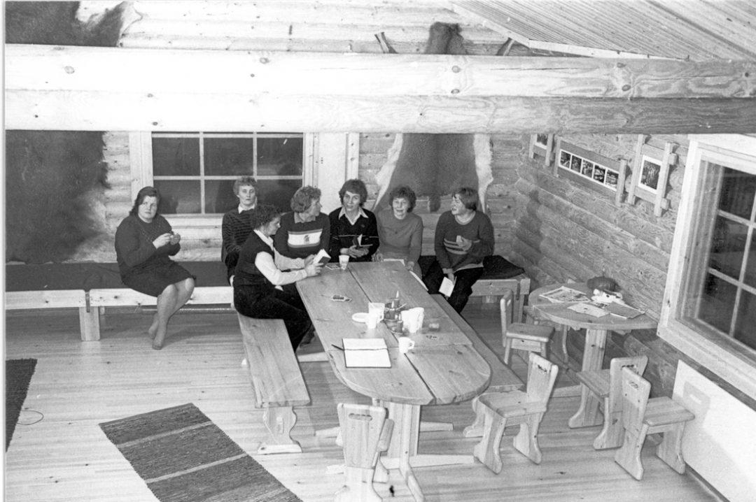 Kosken metsästysseuran naisia metsästysmajalla