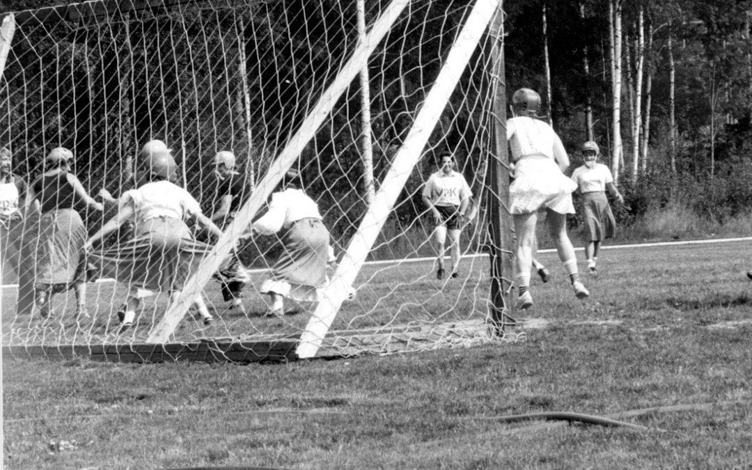 Jalkapallo-ottelu naiset vastaan miehet