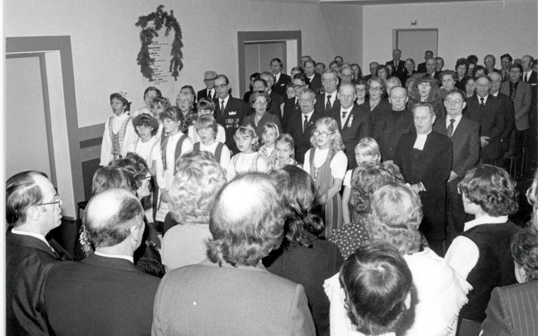 Yleisö laulaa Seuralan itsenäisyysjuhlassa