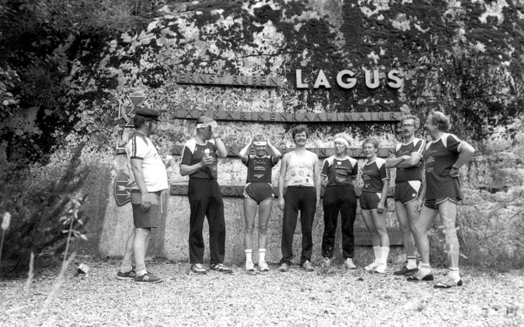 Juoksijoita Laguksen muistomerkillä