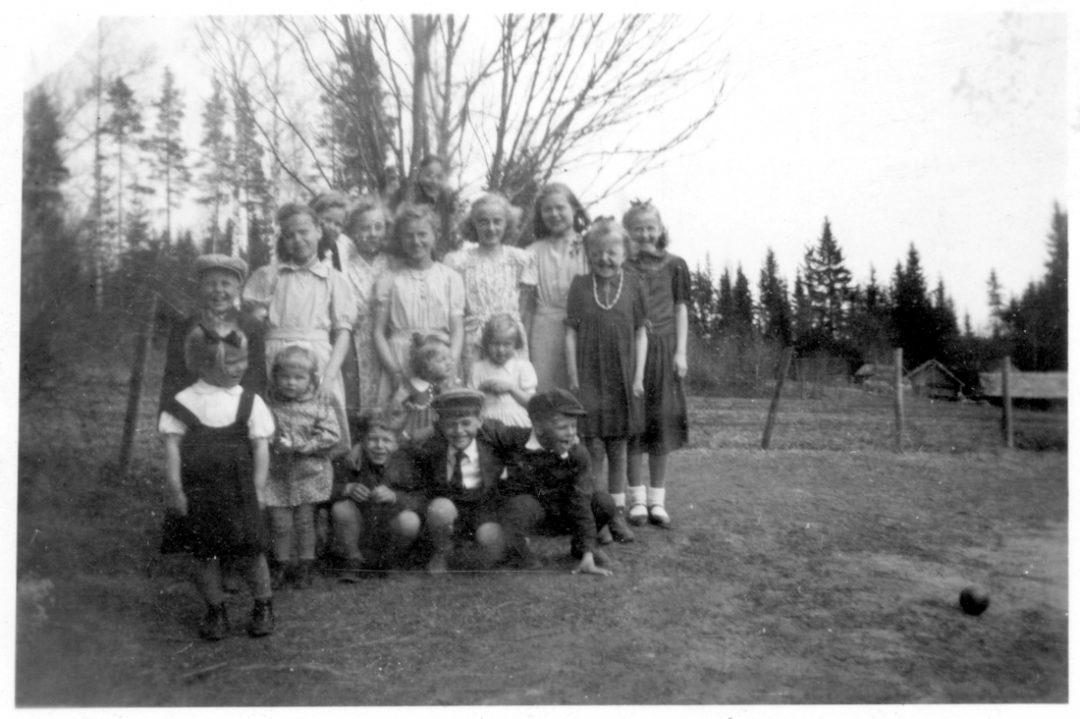 Nuorisoa Pihkasalmen koulun pihalla