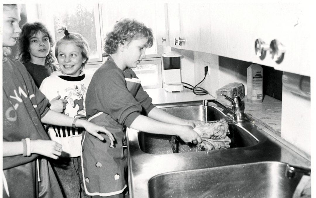 Nuoria kokkeja Seuralan keittiössä