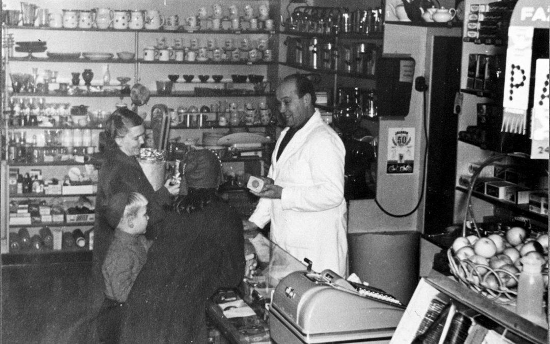 Kauppias Uuno Saarinen palvelee asiakkaitaan