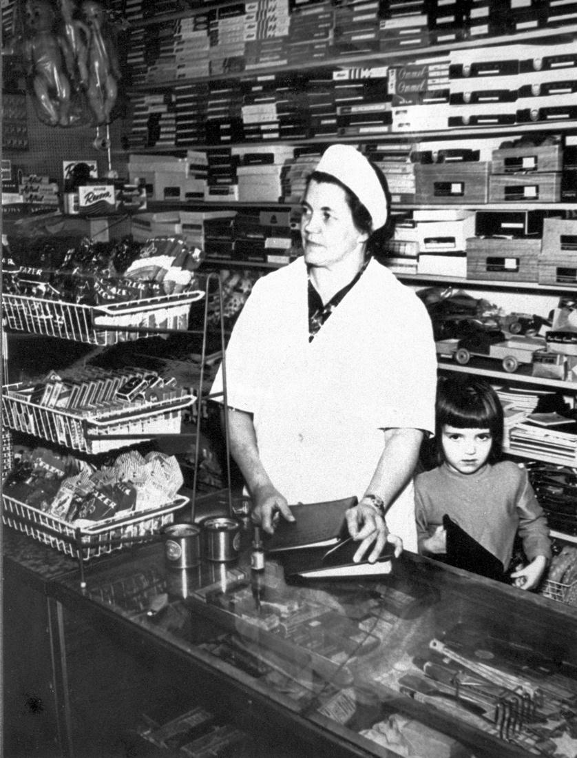 Rouva Ester Saarinen kauppatiskillä