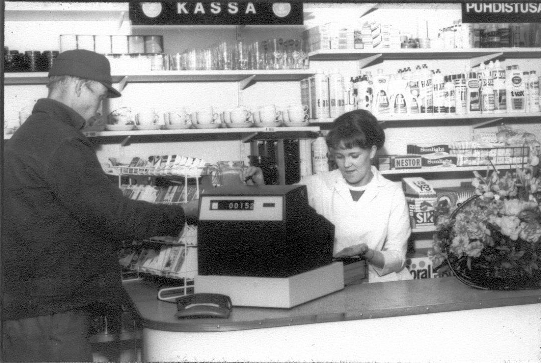 Ritva Saarinen Kosken Talouskaupan kassalla