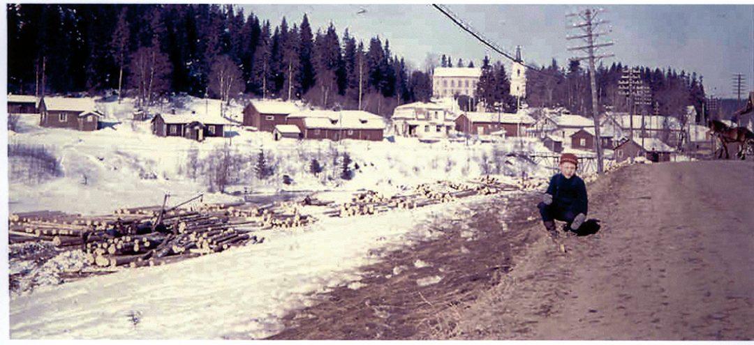 Näkymä Kosken kylänraitilta Pätiläntielle päin